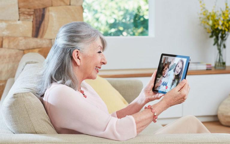 Vous êtes âgé(e) ? Ne sous-estimez pas les bienfaits de l'implantation cochléaire !